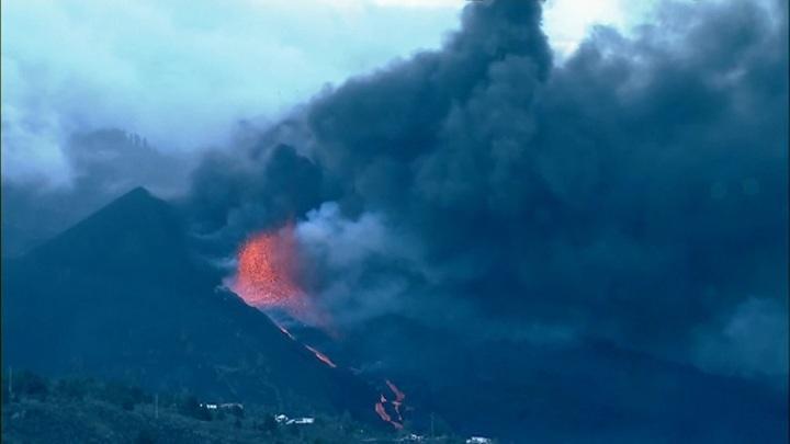 Новая напасть на Пальме: лава из вулкана отравляет море и воздух. Научпоп