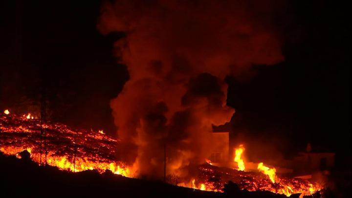 Мощный выброс лавы на острове Пальма заставляет людей бросать дома и бежать