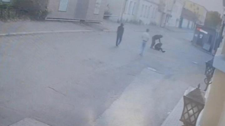 Группа мигрантов избила и ограбила москвича в центре столицы