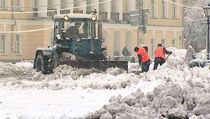 Улицы Москвы очищали от снега всю ночь