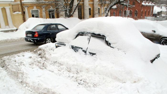 Сильнейший снегопад парализовал движение во многих российских регионах