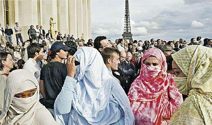 Все французские правительства поощряли приток мигрантов, и сегодня в стране проживают от 15 до 20 миллионов мусульман. По мнению Ле Пена, такая миграция из трудовой давно превратилась в завоевательную. Фото: AP