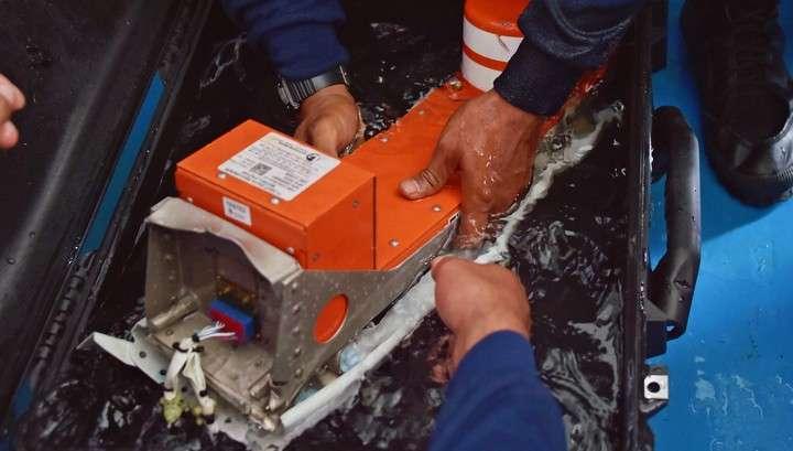 Спасатели возобновили подъём фюзеляжа самолета AirAsia