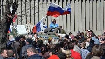 Сторонники референдума о статусе региона возле здания Службы Безопасности Украины в Луганске
