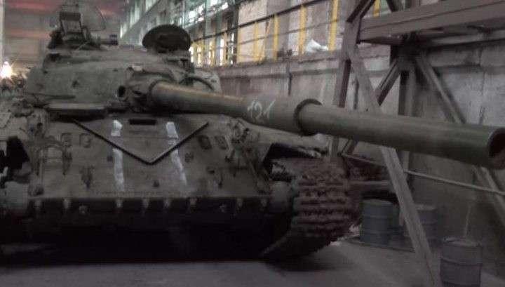 Брошенными танками укро-армия помогает ополченцам двигать линию фронта