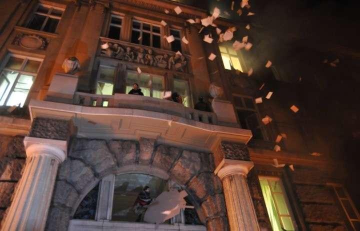 СМИ: во Львове митингующие взяли штурмом здание облпрокуратуры