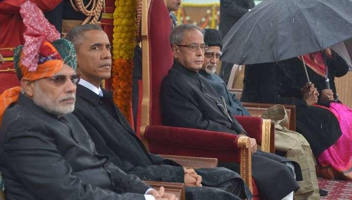Обама, жующий жвачку во время военного парада, возмутил индийцев
