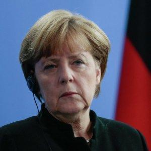 Меркель будет пытаться настроить Орбана против России