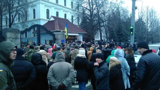 Родители попавших в окружение под Дебальцево военных начали митинг в Киеве