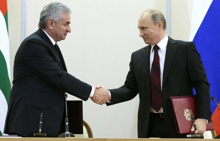 Президент Абхазии Рауль Хаджимба и президент России Владимир Путин, 24 ноября 2014 год