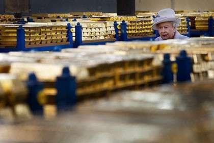 Королева Великобритании Елизавета в золотохранилище