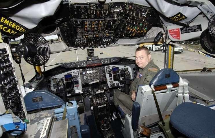 В кабине самолета инспекторов