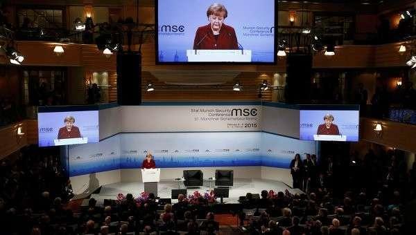 Канцлер Германии Ангела Меркель выступает на конференции по безопасности в Мюнхене