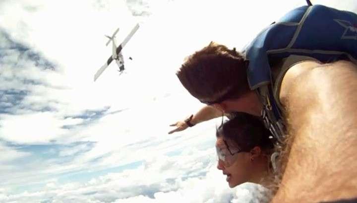 Видео с парашютистами, которых едва не сбил самолёт