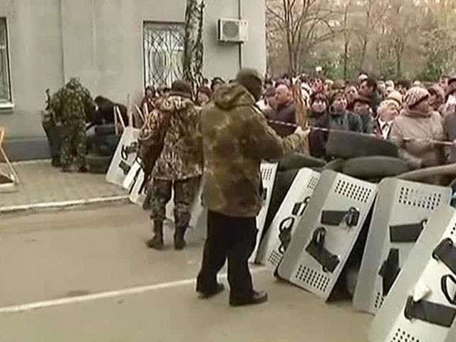 """Жители Славянска возводят баррикады для защиты от """"Правого сектора"""""""