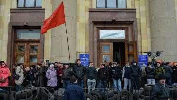 Сторонники федерализации у здания Областной администрации Харькова. Архивное фото