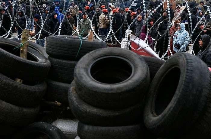 Демонстранты возле здания областного правительства в Донецке.