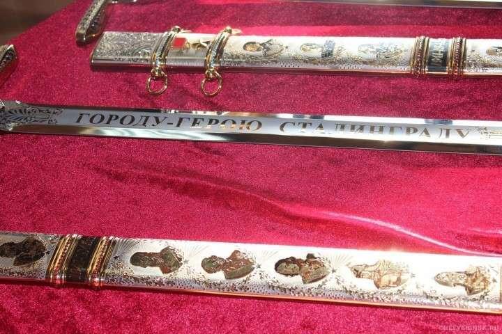 Златоустовские оружейники изготовили пять мечей для городов-героев России