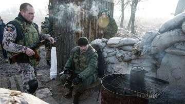 Ополченцы отдыхают на блокпосту под Донецком, архивное фото