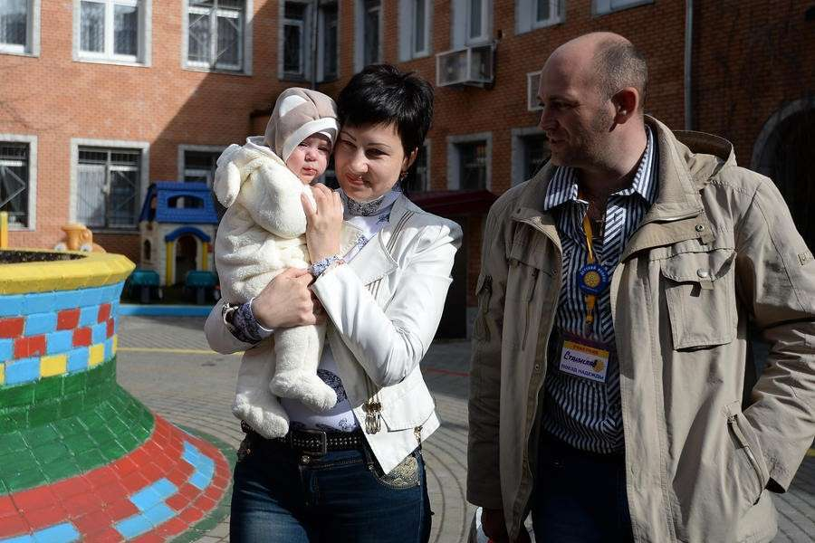 Однополые супруги не смогут усыновлять российских детей