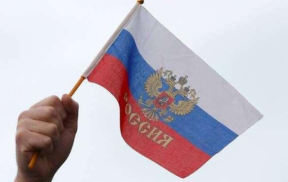 Из Конституции предложено убрать прицип превосходства международного права. Маленький флаг России
