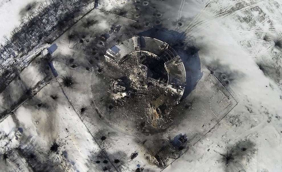 Полностью разрушенная диспетчерская аэропорта