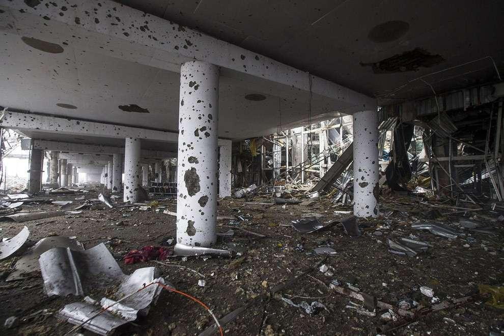 Внутри разрушенного аэропорта в Донецке