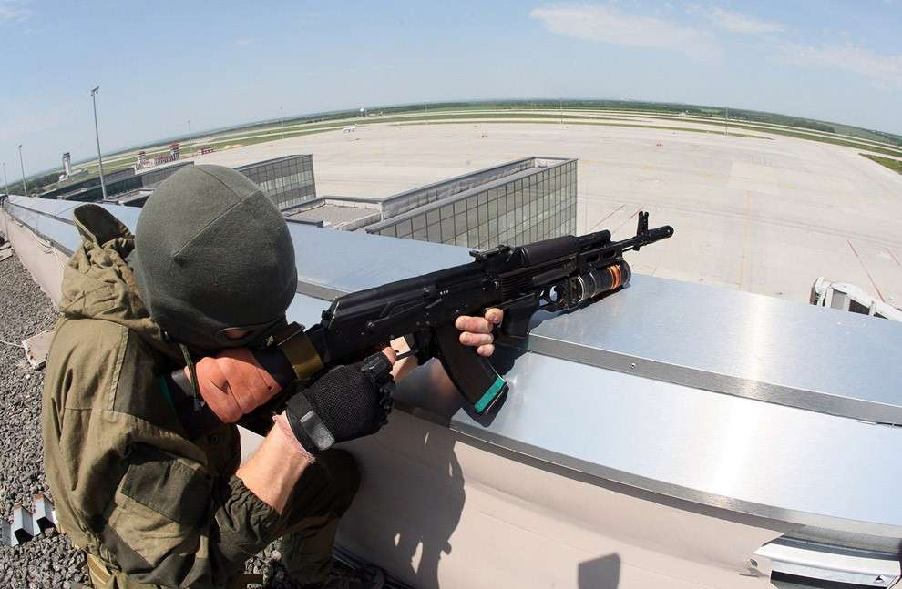 Вскоре повстанцы захватили аэропорт, и он был потрясен взрывами