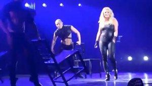 Во время концерта с Бритни Спирс слетел парик