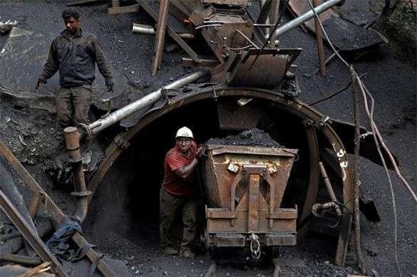 На шахте имени Засядько в Донецке произошел взрыв. Погибло 32 человека. шахтеры горняки шахты