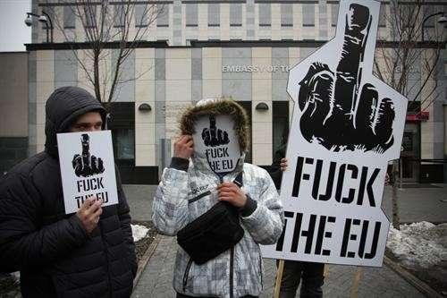В Киеве продолжается пикетирование посольства США