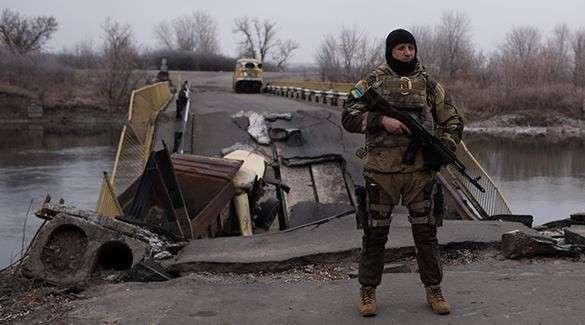 Украина заминировала мосты в Крым. Украинский пехотинец у разрушенного моста