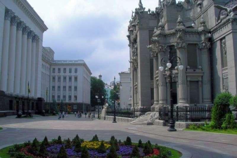 Простолюдинам запретили ходить по одной улице с Порошенко