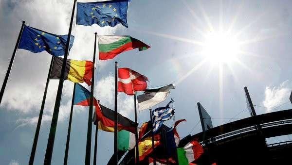Флаги стран ЕС у здания Европарламента. Архивное фото