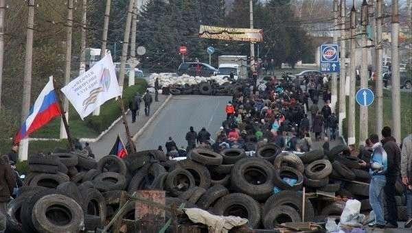 Баррикады около ворот аэропорта Краматорска