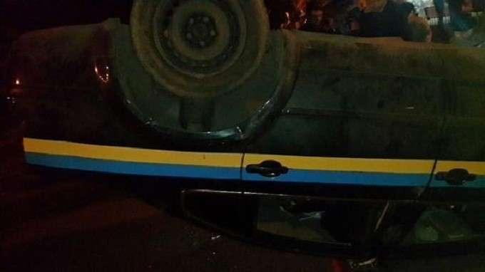 Жители Константиновки переворачивают автомобили украинских силовиков, жгут шины и казармы