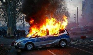 Столкновения между полицией и протестующими во Франкфурте-на-Майне — прямая трансляция