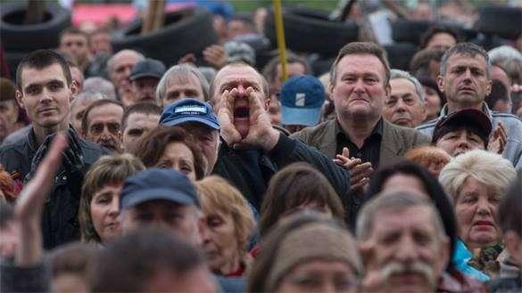 Жители Мирного протестуют против мэра, держащего гусей и свиней в общественной бане. Люди на митинге