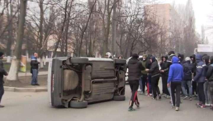 Одесситы перевернули машину националистов, пытавшихся их задавить