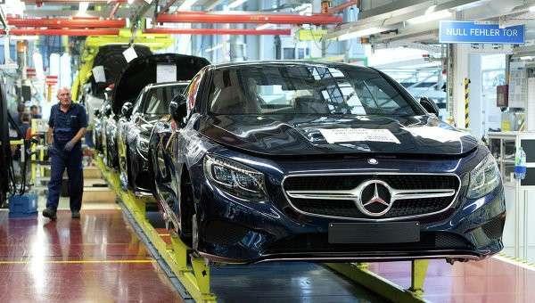 Производство автомобилей немецкой марки Mercedes-Benz. Архивное фото.