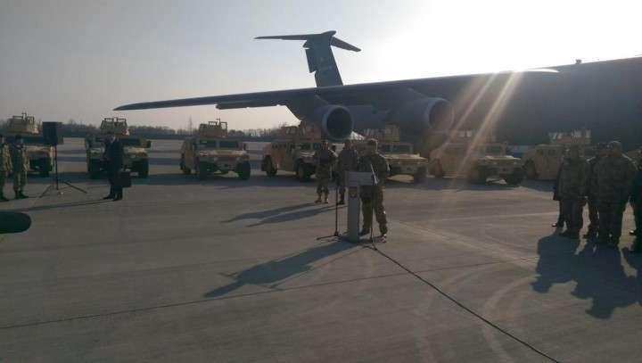Пётр Порошенко лично встретил самолёт с американскими Humvee
