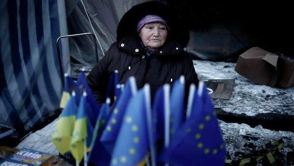 Продажа флажков Евросоюза и Украины в Киеве, Украина. Архивное фото.