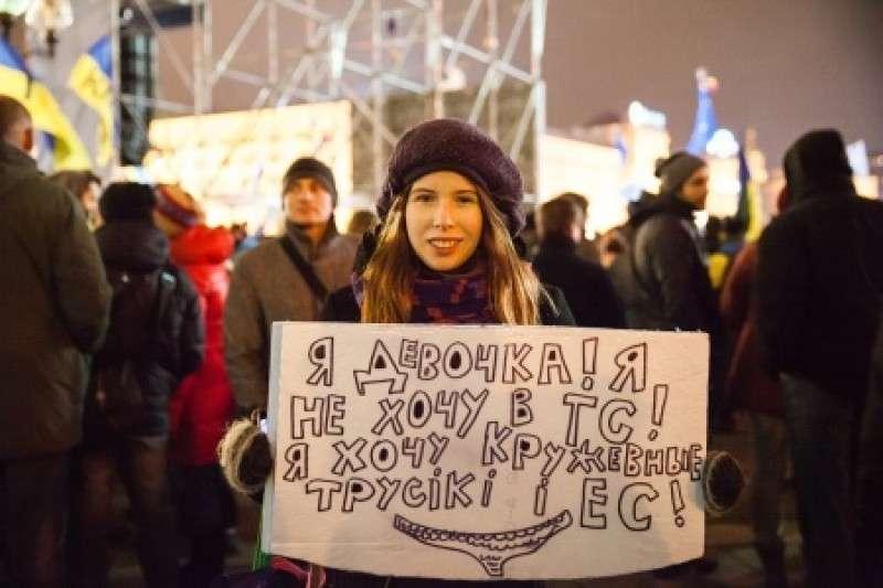Дура, искавшая на Майдане «кружевные трусики и ЕС», ищет трусики в России