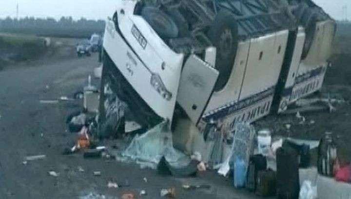 В ростовской области сильный ветер перевернул 2 автобуса