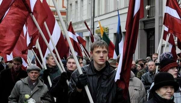Люди несут флаги памятнику Свободы в честь солдат Латышского добровольческого легиона СС. Рига, Латвия. 2008 год