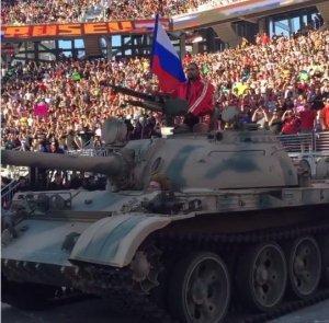 Рестлер приехал на турнир в США на танке под гимн России