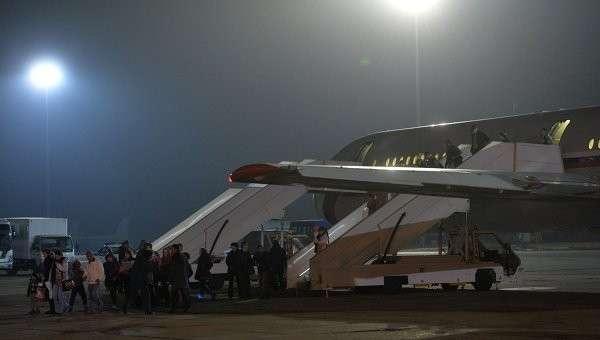 Граждане России и других стран выходят из самолета, эвакуировавшего их из Йемена, на подмосковном аэродроме Чкаловский. Архивное фото