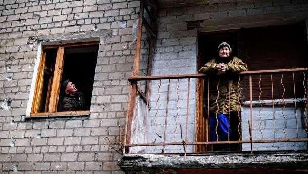 Жительница на балконе дома в Киевском районе города Донецка. Архивное фото.