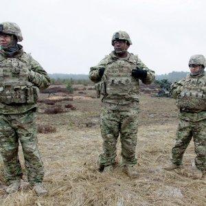 НАТО сильно рискует, играя худыми мускулами на границах с Россией