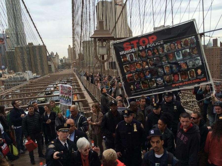 Жители десятков городов США вышли на акции против произвола полиции